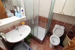 Ванная комната. Черногория, Рафаиловичи : Полностью оборудованный апартамент со стиральной и посудомоечной машиной, террасой, в 2 минутах от пляжа Рафаиловичи