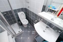 Ванная комната. Черногория, Рафаиловичи : Студия на 1 этаже в 150 метрах от песчаного пляжа в Рафаиловичах