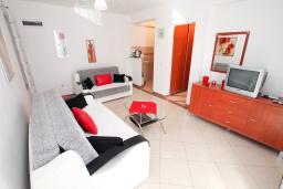 Гостиная. Черногория, Рафаиловичи : Двухкомнатный апартамент с большой террасой на 1 этаже в 100 метрах от пляжа в Рафаиловичи