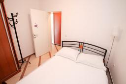 Спальня. Черногория, Рафаиловичи : Двухкомнатный апартамент с большой террасой на 1 этаже в 100 метрах от пляжа в Рафаиловичи