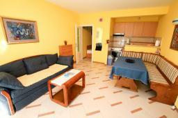 Гостиная. Черногория, Рафаиловичи : Трёхкомнатный апартамент на 4-5 человек с 2 отдельными спальнями, с уютной террасой на 1 этаже