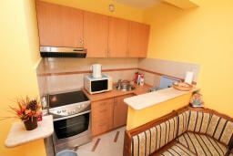 Кухня. Черногория, Рафаиловичи : Трёхкомнатный апартамент на 4-5 человек с 2 отдельными спальнями, с уютной террасой на 1 этаже