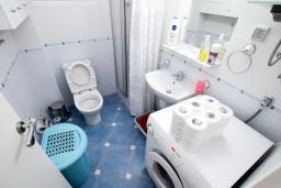 Ванная комната. Черногория, Рафаиловичи : Трёхкомнатный апартамент на 4-5 человек с 2 отдельными спальнями, с уютной террасой на 1 этаже