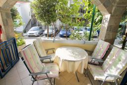 Терраса. Черногория, Рафаиловичи : Трёхкомнатный апартамент на 4-5 человек с 2 отдельными спальнями, с уютной террасой на 1 этаже