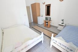 Спальня. Черногория, Рафаиловичи : Комната на 3 персоны с видом на море, 15 метров от пляжа, общая кухня