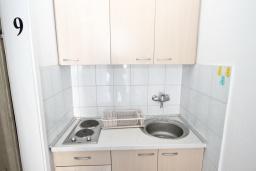 Общая кухня. Черногория, Рафаиловичи : Комната на 3 персоны с видом на море, 15 метров от пляжа, общая кухня