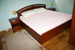 Спальня. Черногория, Бечичи : Люкс апартамент 2 спальни 90м2 в Бечичи, 2 ванные комнаты