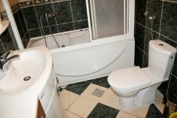 Ванная комната 2. Черногория, Бечичи : Люкс апартамент 2 спальни 90м2 в Бечичи, 2 ванные комнаты
