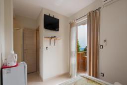 Спальня. Черногория, Бечичи : Двухместный номер с видом на море