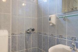 Ванная комната. Черногория, Бечичи : Двухместный номер с видом на море