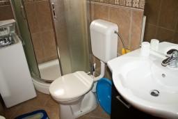 Ванная комната. Черногория, Бечичи : Апартаменты с балконом с видом на море