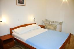 Спальня. Черногория, Бечичи : Апартаменты с балконом с видом на море
