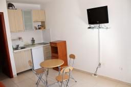 Кухня. Черногория, Бечичи : Студия в Бечичи на первом этаже на вилле с бассейном