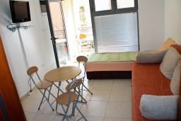 Студия (гостиная+кухня). Черногория, Бечичи : Студия в Бечичи на первом этаже на вилле с бассейном