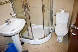 Ванная комната. Черногория, Бечичи : Студия в Бечичи на первом этаже на вилле с бассейном