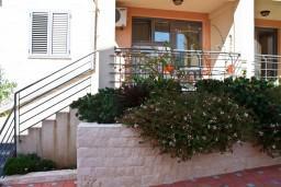 Вход. Черногория, Бечичи : Студия в Бечичи на первом этаже на вилле с бассейном