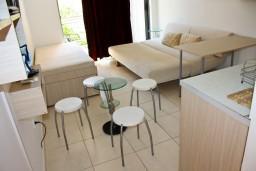 Студия (гостиная+кухня). Черногория, Бечичи : Студия в 500 метрах от моря на вилле с бассейном