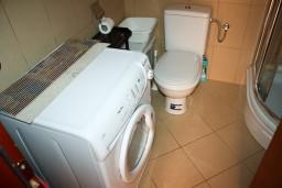 Ванная комната. Черногория, Бечичи : Студия в 500 метрах от моря на вилле с бассейном