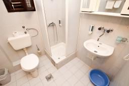 Ванная комната. Черногория, Пржно / Милочер : Апартаменты на 4-6 персон, 2 спальни, 50 метров от пляжа