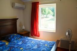 Спальня. Черногория, Пржно / Милочер : Люкс апартамент (этаж дома) 110м2 в 20 метрах от пляжа, 3 спальни, 3 ванные комнаты, балкон с видом на море