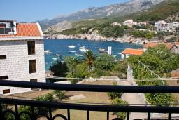 Вид на море. Черногория, Пржно / Милочер : Люкс апартамент (этаж дома) 110м2 в 20 метрах от пляжа, 3 спальни, 3 ванные комнаты, балкон с видом на море