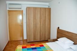 Спальня. Черногория, Пржно / Милочер : Апартаменты на 6 персоны, 3 спальни, 50 метров от пляжа