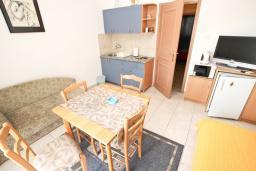 Гостиная. Черногория, Пржно / Милочер : Апартамент с отдельной спальней, с балконом с видом на море