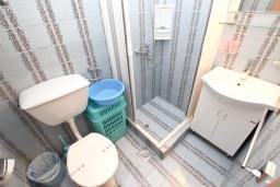 Ванная комната. Черногория, Пржно / Милочер : Апартамент с отдельной спальней, с балконом с видом на море
