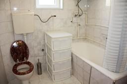 Ванная комната. Черногория, Каменово : Апартаменты для 4-5 человек, с отдельной спальней, с балконом с видом на море