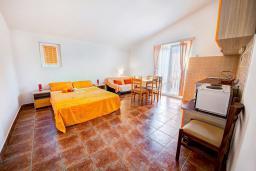 Гостиная. Черногория, Каменово : Апартамент с отдельной спальней, с балконом с видом на море
