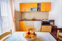 Кухня. Черногория, Каменово : Апартамент с отдельной спальней, с балконом с видом на море