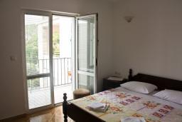 Спальня. Черногория, Каменово : Апартамент с видом на море, 100 метров от пляжа