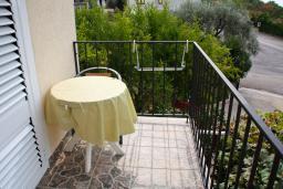 Балкон. Черногория, Каменово : Апартамент с видом на море, 100 метров от пляжа