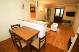 Обеденная зона. Черногория, Каменово : Апартамент с отдельной спальней в 300 метрах от моря