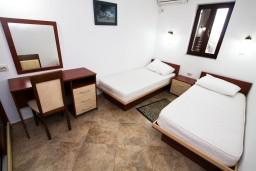 Спальня 2. Черногория, Каменово : Люкс апартамент для 4-6 человек, с 2-мя спальнями и полностью оборудованной кухней