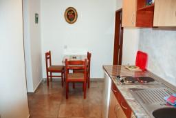 Кухня. Черногория, Каменово : Апартамент на 3 персоны, с 2 спальнями, с большой террасой