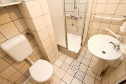 Ванная комната. Черногория, Каменово : Студия с видом на море, 150 метров от пляжа