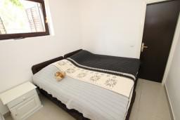 Спальня. Черногория, Каменово : Апартамент с отдельной спальней, 150 метров от пляжа