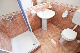 Ванная комната. Черногория, Святой Стефан : Студия в Святом Стефане с видом на море