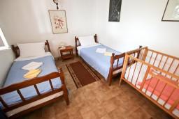 Спальня. Черногория, Святой Стефан : Апартаменты на 4 человек, с 2-мя отдельными спальнями, с террасой с видом на море  и остров Святого Сефана