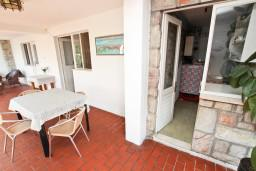 Терраса. Черногория, Святой Стефан : Апартаменты на 4 человек, с 2-мя отдельными спальнями, с террасой с видом на море  и остров Святого Сефана