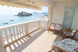 Балкон. Черногория, Святой Стефан : Апартаменты на 6 персон, 3 спальни, с видом на море, на берегу Святого Стефана
