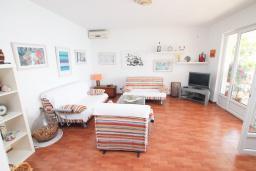 Гостиная. Черногория, Святой Стефан : Апартаменты на 6 персон, 3 спальни, с видом на море, на берегу Святого Стефана