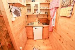 Кухня. Черногория, Булярица : Деревянный домик с кухней и двумя отдельными спальнями