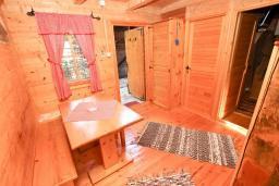 Обеденная зона. Черногория, Булярица : Деревянный домик с кухней и двумя отдельными спальнями