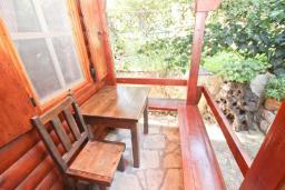 Терраса. Черногория, Булярица : Деревянный домик с кухней и двумя отдельными спальнями