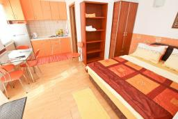 Студия (гостиная+кухня). Черногория, Булярица : Студия с балконом с видом на море, 10 метров от пляжа