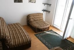 Гостиная. Черногория, Булярица : Апартамент с отдельной спальней, с балконом с видом на море, 10 метров от пляжа