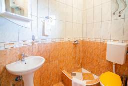 Ванная комната. Черногория, Булярица : Двухместный номер с балконом и видом на море