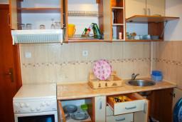 Кухня. Черногория, Будва : Студия в Будве с террасой